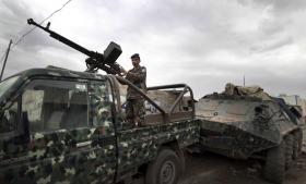 En soldat i Sanaa, Yemen, holder vagt ved en af de gader, der fører ind til den amerikanske ambassade i byen. USA har varslet lukning af ambassader i Mellemøsten og Nordafrika grundet frygt for terrorangreb.