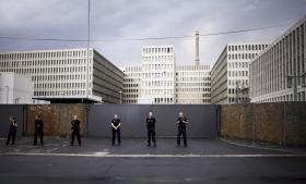 Afsløringerne af samarbejdet mellem NSA og BND fik i sidste uge folk på gaden i protest mod overvågningen. Her en gruppe vagter foran BND's bygning i Berlin under en demonstration.