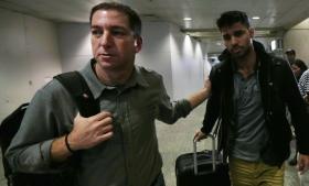 Glenn Greenwald (t.v.) sammen med David Miranda i Rio de Janeiros internationale lufthavn mandag. Søndag blev Miranda tilbageholdt i Londons Heathrow Lufthavn i ni timer.