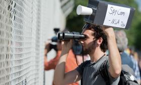 En tysk mand under en demonstration uden for National Security Agencys (NSA) aflytningsstation nær Darmstadt. Det sker i protest mod, at vi alle bliver udspioneret.