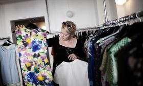 Resecond er en klimabevist butik, hvor man kan bytte en kjole for en anden kjole. Ronja Kronholm har netop tegnet et medlemskab og medbragt en kjole. Der er nu åbnet en filial af Resecond i Aarhus, så man kan bytte kjoler i begge butikker.