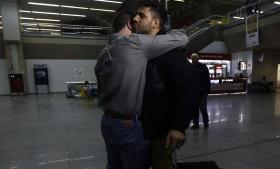 Brasilianske David Miranda, da han mandag morgen endelig kom hjem til Rio de Janeiro efter at have været blevet afhørt i ni timer af britisk politi dagen forinden. Han blev hentet i lufthavnen af sin kæreste, den amerikanske journalist Glenn Greenwald (t.h.), som afslørede USA's overvågningstjeneste NSA sammen med den tidligere ansatte i NSA Edward Snowden. Foto: Scanpix