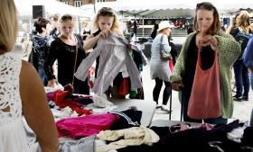 Bæredygtigt tøjbyttemarked på Rådhuspladsen i København arrangeret af Danish Fashion Insitute og Copenhagen Fashion Festival. Hvis sådanne initiativer ikke kobles med mere forbrug af andre produkter, er det et godt omstillingstiltag, mener professor Inge Røpke.