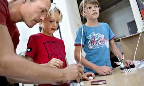 På energimessen i Ry kunne man bl.a. prøve at lave børsterobotter – her  er det Noah (t.v.) og Marius i selskab med Noahs far, Henrik Løvig.