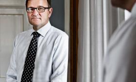 På chefgangene gælder ikke bare en anden logik, men øjensynlig den stik modsatte af normal tankegang: Jo værre du er til dit job, des større er chancen for, at du bliver fyret, og des større er chancen således for, at du får en masse millioner udbetalt. Fyringen af Danske Banks direktør Eivind Kolding udløste en præmie på 20 mio. kr. til ham.