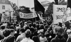 'I løbet af 1982 havde jeg skrevet mange artikler, som fremhævede, at kampen for fred ikke kan adskilles fra kampen for demokrati. Jeg kritiserede fredsbevægelsen, fordi den ikke ihærdigt modarbejdede undertrykkelsen i Øst,'. skriver Jørgen Dragsdahl i dagens kronik. På billedet ses en demonstration foran den sovjetiske ambassade i København sidst i 1970'erne.