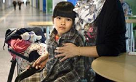 en 11. november blev den 11-årige Im Nielsen og hendes thailandske mor udvist til Thailand, fordi hendes danske far var død af kræft. Det udløste et ramaskrig, som fik politikerne til at vedtage en særlov, som betød at Im kunne vende tilbage til Danmark. Foto: Mette Nielsen