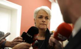 Landsledelsesmødet – hvortil folketingsgruppens medlemmer også er inviteret – kommer, samtidig med, at SF's folketingsmedlem Karsten Høng konkluderer, at partiet vil være bedst tjent med at trække sig ud af regeringen. Annette Vilhelmsen afviser