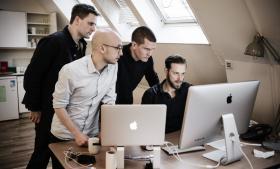 Journalisterne (fra højre mod venstre) Henrik Moltke, Sebastian Gjerding og Anton Geist. Til venstre Nikolai Thyssen.