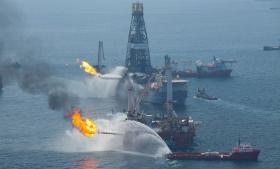 Den amerikanske centralbank advarer imod at lade finansielle virksomheder investere i den fossile energiindustri. Blandt andet risikerer investeringsbanker at blive medansvarlige for miljøkatastrofer, som da boreplatformen Deepwater Horizon i 2010 lækkede millioner af liter olie i Den Mexicanske Golf. Foto: Scanpix