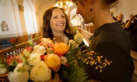 Der kom aldrig en modkandidat, så i går lå det fast, at Pia Olsen Dyhr bliver næste formand for SF. Her modtages hun med roser på Christiansborg af  partifællen, lejreborgmester Mette Touborg.