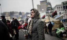 Frygten og protesterne spreder sig i Ukraine, hvor folk i den vestlige del af landet – som her i Kijev – går på gaden i protest mod Putin og for fred. Med billeder af Putin tegnet som Hitler, 'wanted'-plakater med ekspræsident Janukovitj, ukrainske flag og røde nelliker.