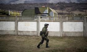 Russiske væbnede styrkers indtagelse af strategiske punkter fremkalder både glæde og frygt på Krim-halvøen