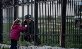 En ukrainsk soldat taler med sin datter gennem gitteret ved militærbasen i Belbek på Krim.