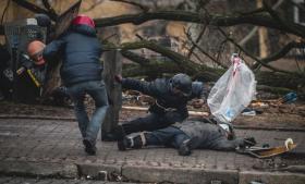 Demonstranter farer hen til en mand, der er blevet såret af en af de snigskyttere, som Rusland, efter en lækket samtale mellem europæiske toppolitikere, påstår er arrangeret af den ukrainske opposition. Det mest åbenlyse eksempel på den informationskrig, der finder sted i konflikten mellem Ukraine og Rusland.