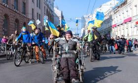 Med blå-gule farver fejrede 10.000 borgere nationaldigteren Sjevtjenkos fødselsdag og protesterede mod den russiske invasion på Krim. En skudepisode i lørdags kan potentielt blive en undskyldning, hvis Putin vil udvide sin militæraktion til det østlige Ukraine