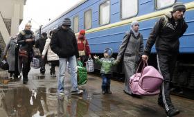 Tusindevis af russere og ukrainere flygter fra Krim til Ukraine med tog. Her er en ukrainsk familie fra Simferopol, der lige er stået af i Lviv, og i teksten møder Information en russisk familie, der er flygtet til Kijev. Foto: Scanpix
