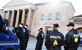 Mens Det Radikale Venstre og SF vil bremse den massive overvågning, vil Socialdemokraterne afvente og lytte til politiet, som ellers har givet en evaluering senest i 2012.