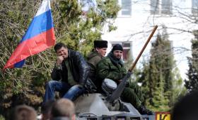Flere hundrede pro-russiske aktivister overtog i dagkontrollen med Ukraines flådehovedkvarter i byen Sevastopol på Krim, uden at der tilsyneladende blev løsnet skud.