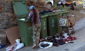 En kvinde leder efter brugbart skrald i byen Thessaloniki.   Flere grækere skralder i takt med, at den økonomiske krise er forværret.