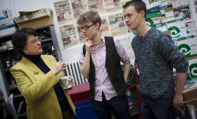 20-årige Ab Brightman og 18-årige Conor McKenzie ser EU som en del af deres liv og mobilitet. De taler her i det britiske Liberale Partis kontor i Oxford med partiets spidskandidat til Europa-Parlamentet, Catherine Bearder.