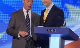 Partiformand for UK Indepen-dence Party, Nigel Farage (t.v.) og Liberaldemokraternes Nick Clegg er ved flere lejligheder de seneste uger mødtes til en live-debat for og imod Storbritanniens EU-medlemskab. UKIP 's Farage har forladt debatterne som den mest populære.