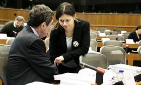 Amelia Andersdotter (t.h.) fra det svenske Piratparti sidder i Parlamentets grønne partigruppe – og hun er med sine 26 år det yngste medlem i labyrinten af gråhvide korridorer i det enorme parlamentskompleks i Bruxelles. Her lytter hun med skeptisk mine til en kollega i en mødesal i Parlamentet.