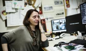 'Jeg ikke acceptere en sort skærm,' siger Eleftheria Farantaki, som her viser et klip fra dokumentarfilmen om regeringens dramatiske lukning af Grækenlands DR som led i statens spareplaner. Minderne om chokket får tårerne til at trille ned ad hendes kinder. Hun har arbejdet på ERT's afdeling i Thessaloniki i 20 år.