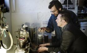 Frank Hatzack (t.h.) ansvarlig for innovationsudvikling i Novozymes sammen med Emil Polny (bagest) fra Biologigaragen i en kælder på Frederiksberg, hvor et anderledes samarbejde om måleudstyr og patenter foregår mellem syltetøjsglas og ret enkle redskaber.
