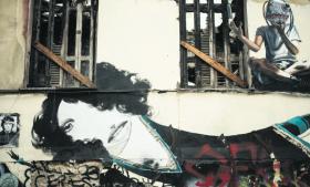 Politisk street art på et forfaldent hus i Athens studenterkvarter, Exarchia.