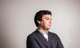Anmeldelse: Den franske økonom Thomas Pikettys bedrift er både gigantisk og banal: Han har vendt  offentlighedens projektører imod de rigestes godt skjulte, hastigt voksende formuer. Han fremlægger en viden, som for altid vil forandre den økonomiske diskussion. Men der står også spørgsmål tilbage til hans begreb om den uholdbare ulighed