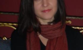 Andrea Plesa, 23 år, Kroatien, Læser psykologi      – Hvilke fordele har det for dig, at du lever i EU? '   I år har Kroatien et års jubilæum i EU. I denne korte periode bliver jeg nødt til at sige, at jeg ikke har mærket nogen forandringer udover de små ting som at kunne rejse over grænserne uden pas og billigere mobiltelefoni i andre EU-lande. Jeg har dog hørt positive historier fra bekendte om det europæiske sygesikringskort, som giver adgang til medicinsk behandling i alle 28 medlemslande. Selv har jeg dog ikke prøvet at benytte det endnu. Ligesom der også er andre muligheder, jeg ikke selv har benyttet, som at kunne studere i udlandet på lige fod med landets indbyggere.'   – Hvilke ulemper oplever du ved EU?    'De fleste i Kroatien kritiserer, at Kroatien kun fik bevilget meget få af de EU-midler, som egentligt var tilgængelige for os. Og når man ser på budgetterne fra 2014-2020, så er der mange usikre poster, som endnu ikke er finansieret. Der har generelt været en ret negativ stemning. Det er som om, folk ikke tror, at situationen i Kroatien bliver bedre. At hverken EU eller os selv kan ændre den situation, vi er i. Vi havde ikke specielt høje forventninger til samarbejdet med EU, men selv de små forventninger, er ikke blevet mødt. Ét år er naturligvis en kort periode, men vi har jo haft ti års forberedende arbejde, hvor man kunne have forberedt sig bedre på, hvilke mål man egentligt havde med samarbejdet. Jeg synes ikke, at vi har bevæget os bagud, men tingene er heller ikke blevet forbedret.'      Europæiske stemmer   Irriterende rygelov, en savnet ost, forvirrende mobilpriser og følelsen af et sammenhold, som er større end det nationale. Information spørger frem til europaparlamentsvalget søndag den 25. maj 28 unge mennesker fra samtlige EU-medlemslande, hvad de ser som fordelene og ulemperne er ved at leve i et europæisk samarbejde som EU.