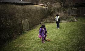 Børnene i en af de familier, Information har beskrevet, hvor Justitsministeriet ud fra papirerne i sagen at dømme ikke har taget hensyn til eller vejledt om barnets tarv. Begge er født i Danmark, men skal sammen med deres forældre udsendes til Irak.