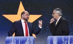 Europa-Parlamentets to favoritter til at efterfølge José Manuel Barroso som formand for EU-Kommissionen; socialdemokraten Martin Schulz og kristendemokraten Jean-Claude Juncker. Men spørgsmålet er, om det bliver nogen af dem.