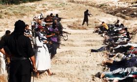 Dette foto viser angiveligt militante fra ISIL, der i denne weekend er ved at henrette tilfangetagne fra den irakiske hær. Billederne er udleveret af ISIL og kan ikke verificeres