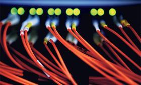 Loven om Forsvarets Efterretningstjeneste kan give tjenesten beføjelser til at tappe fiberkabler uden retskendelse på dansk grund, mener eksperter