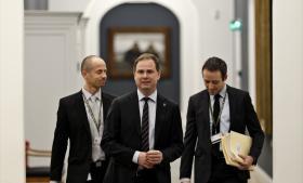 Forsvarsminister Nicolai Wammen (S) vil over for Information og andre medier ikke kommentere direkte på FE's samarbejde med NSA. Men flere politikere vil nu have svar på deres spørgsmål, og ministeren er kaldt i samråd.