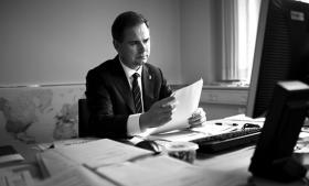 Forsvarsminister Nicolai Wammen vil ikke svare på, om Forsvarets Efterretningstjeneste tapper fiberkabler i samarbejde med NSA. Men han understreger, at FE følger dansk lov, når tjenesten samarbejder med andre tjenester