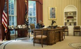 Barack Obama, der her taler i telefon med Jordans Kong Abdullah II, godkendte torsdag angreb på IS i Irak.
