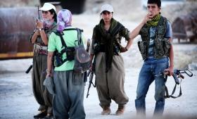 Soldater fra Kurdistans Arbejderparti (PKK) i Tyrkiet har kæmpet side om side med irakiske peshmerga-soldater for at holde Islamisk Stat væk fra Sinjar-bjergene.
