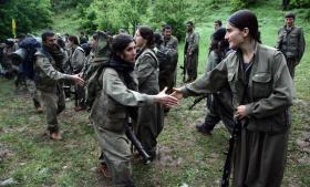 Styrker fra Kurdistans Arbejderparti (PKK) hilser på deres kammerater i det nordlige Irak ved Dohuk, efter at de netop er kommet over grænsen fra Tyrkiet.  PKK har kæmpet for et selvstændigt Kurdistan i 29 år, og kampen har kostet godt 45.000 livet.