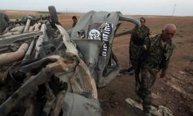 Kurdiske Peshmergastyrker i nærheden af mosul-dæmningen, som de i weekenden erobrede fra Islamisk Stat med hjælp fra amerikanske fly, der blandt andet ødelagde dette fartøj tilhørende dem ekstremistiske gruppe.