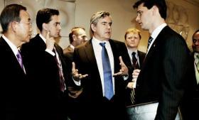 Den britiske efterretningstjeneste GCHQ spionerer systematisk mod internationale klimaforhandlinger. Tjenesten benytter sig af både hacking og indhentning fra fiberkabler og servicerer blandt andre premierministerens kontor. Ved COP15-topmødet i december 2009 optrappede GCHQ sin indsats og sendte en medarbejder til København