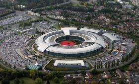 Fra sit hovedkvarter i det sydvestlige England indhenter den britiske efterretningstjeneste formentlig primært løbende elektroniske efterretninger fra blandt andet satellitter og fiberkabler.