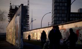 Turister ved 'East Side Gallery' i Berlin, hvor rester af berlinmuren er bevaret.