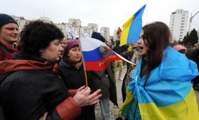 Pro-russiske og pro-ukrainske aktivister diskuterer højlydt under en demonstration i Ukraine, hvor konflikten mellem Rusland og Vesten for alvor er blusset op.