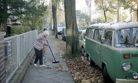 Sidegaderne til Ehrlichstraße ligner sig selv. I Stühlinger Straße mødes en stump nyt fortorv med de gamle klassiske ukurante berlinersten, som har opgivet at ligge pænt og i stedet bugter sig efter trærødderne under sig.