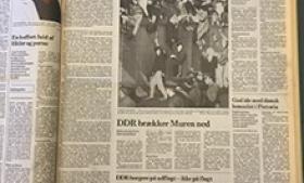 SKAM PÅ DEN, der ikke vil drikke et glas champagne eller et krus bayersk øl sammen med ellevilde øst- og vestberlinere ved grænseovergangen ved Invalidenstrasse, Checkpoint Charlie eller de øvrige hidtil velbevogtede huller i den mur, der siden 13. august 1961 har delt den gamle tyske rigshovedstad. Der bør ikke herske tvivl om, at begivenhederne torsdag aften, da DDR-myndighederne meddelte, at man fra nu af frit kan rejse fra og til Østtyskland, hører til de mest skelsættende efter afslutningen af 2. verdenskrig.