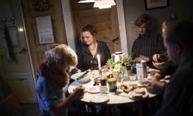 »Jeg er pisse ambitiøs, men vil samtidig gerne give mine børn samme ro og nærvær, som min mor gav mig. Jeg har kæmpet med følelsen af aldrig rigtigt at slå til. Hverken som karrierekvinde, som mor eller som kvinden i min mands liv,« fortæller Hedegaard Mortensen, der ermor til fem.