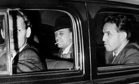 Artiklerne i Social-Demokraten fra efteråret 1948 førte til omfattende retssager mod sortbørshandelens bagmænd. Her er møbelhandler Johannes Linde fotograferet i 1950, da han første gang skulle afhøres.   Arkivfoto